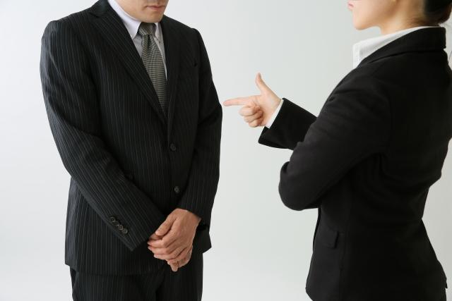 上司から怒られる男性