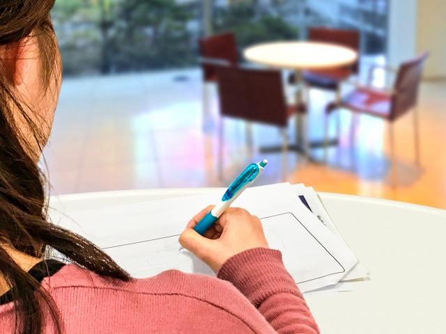 資格取得の勉強をする女性
